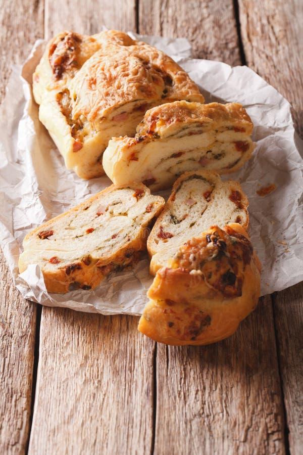 O pão caseiro italiano encheu-se com o queijo e o bacon e secou-se a fotografia de stock royalty free