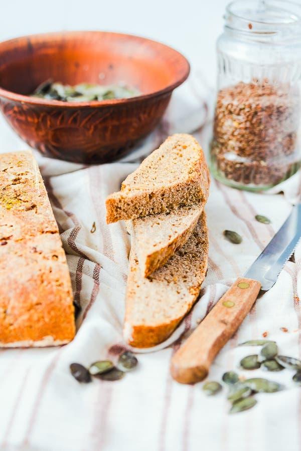 O pão de centeio fresco com sementes de linho e abóbora, fermento livra fotografia de stock