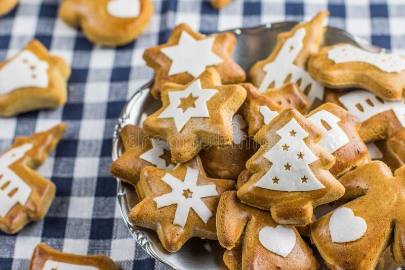 O pão-de-espécie do Natal deu forma à árvore de Natal com as estrelas com othe imagens de stock royalty free