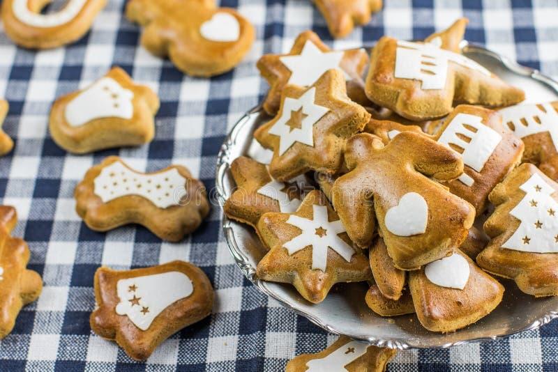 O pão-de-espécie do Natal deu forma ao anjo com coração com o outro gingerb imagens de stock royalty free