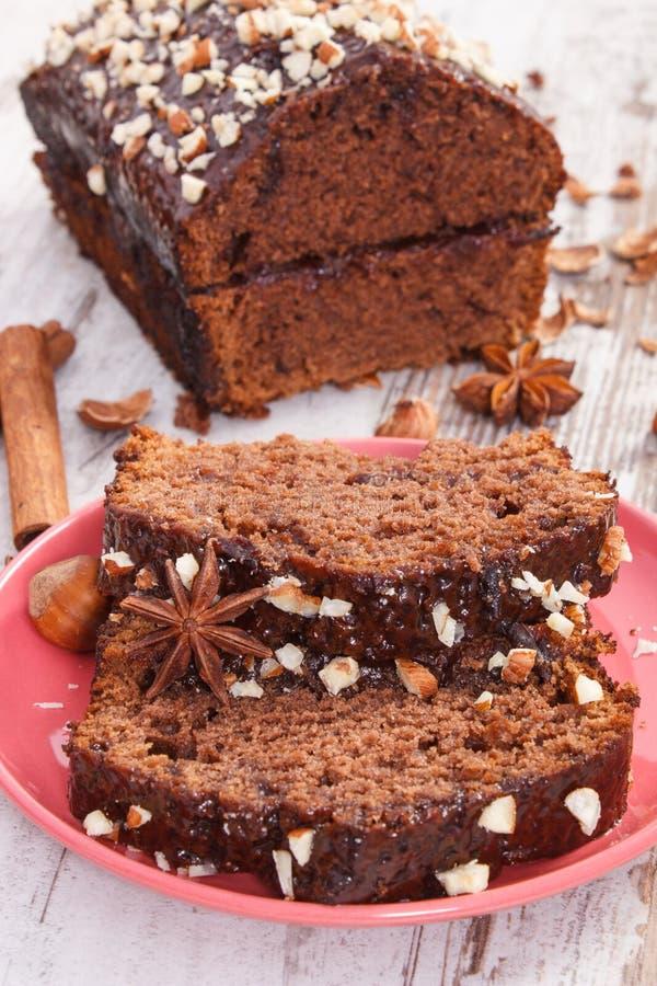 O pão-de-espécie ou o bolo escuro com chocolate, cacau e ameixa bloqueiam, sobremesa deliciosa imagens de stock royalty free