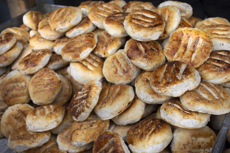 O pão de povos indianos e tibetanos denomina para a venda na vila de Leh Ladakh no vale Himalaia em Jammu e Caxemira, Índia imagem de stock