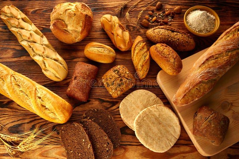 O pão variou a mistura na tabela de madeira envelhecida dourada fotografia de stock
