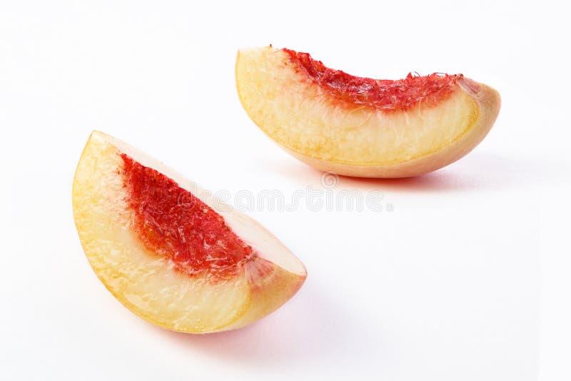 O pêssego corta o fundo branco imagens de stock