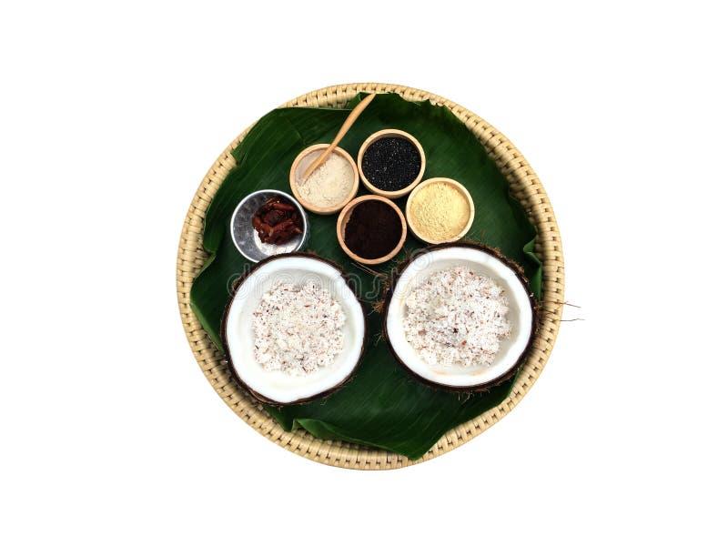 O pó do ingrediente da natureza e a corrediça velha da polpa de coco para a pele e a cara esfregam isolado no fundo branco fotografia de stock royalty free