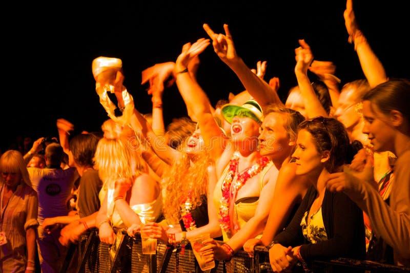 O público que aprecia o grupo UNKLE vive desempenho em palco imagens de stock