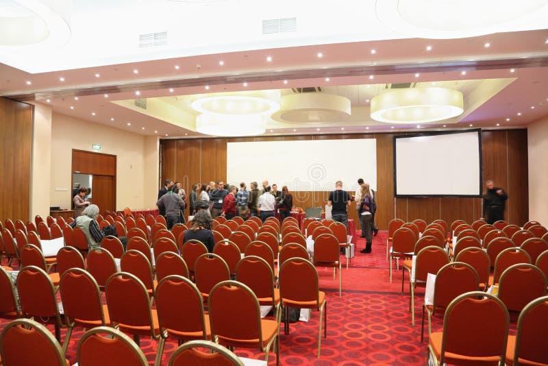 O público sae do salão no ESTOQUE da conferência em RÚSSIA foto de stock royalty free
