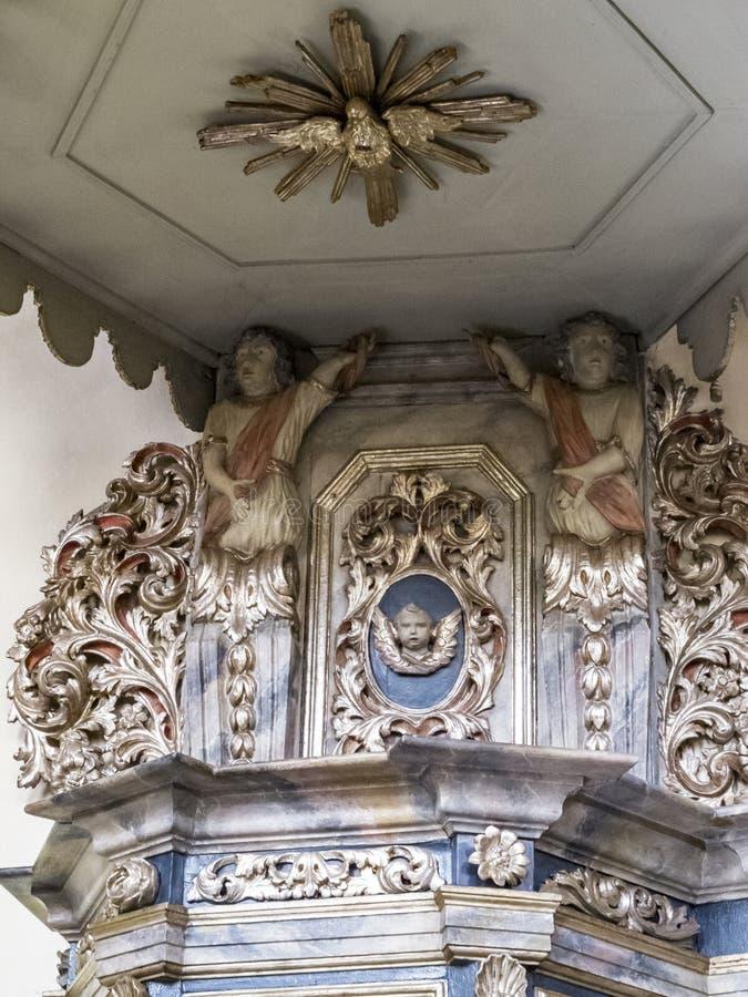 O púlpito barroco bonito do século XVIII em St Clemens Church em Heimbach, Reno-Westphalia norte Alemanha, detalhe imagens de stock