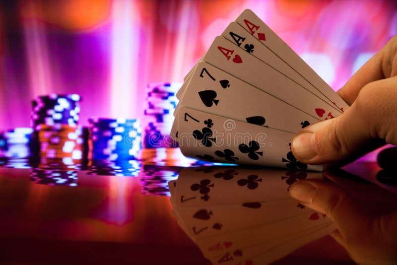 O pôquer da casa completa carda a combinação na fortuna borrada da sorte do casino do fundo foto de stock royalty free