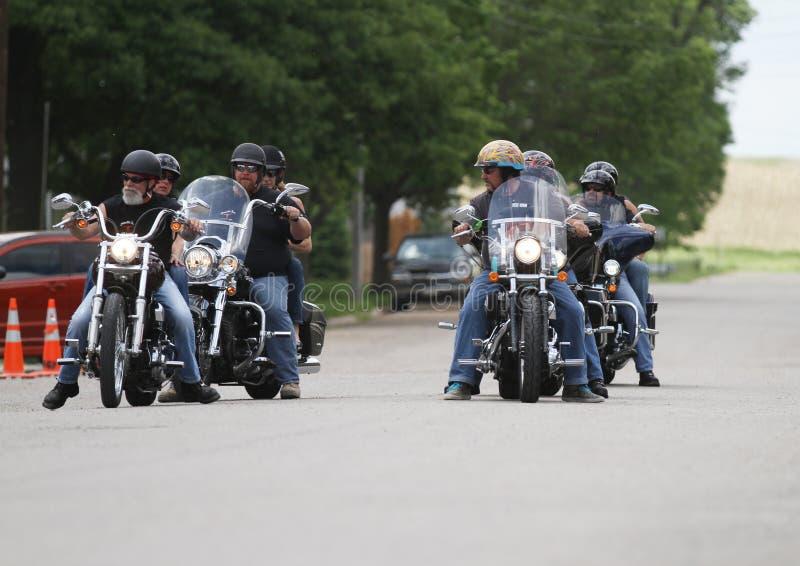 O pôquer da motocicleta corre cavaleiros em uma fala da rua fotos de stock royalty free