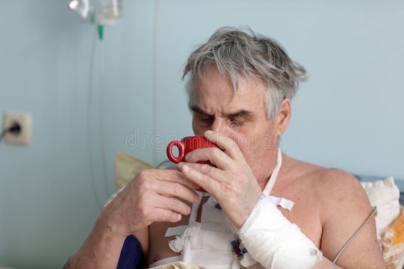 Download O paciente bebe o chá imagem de stock. Imagem de bandage - 29838733