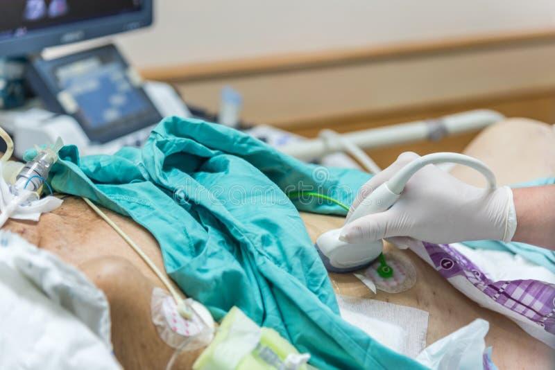 O paciente faz o ultrassom abdominal da varredura no hospital foto de stock royalty free