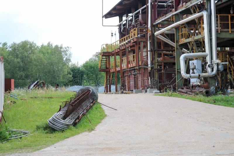 O pacote de tubo do permutador de calor na refinaria petroquímica química é uma refinaria industrial imagem de stock royalty free