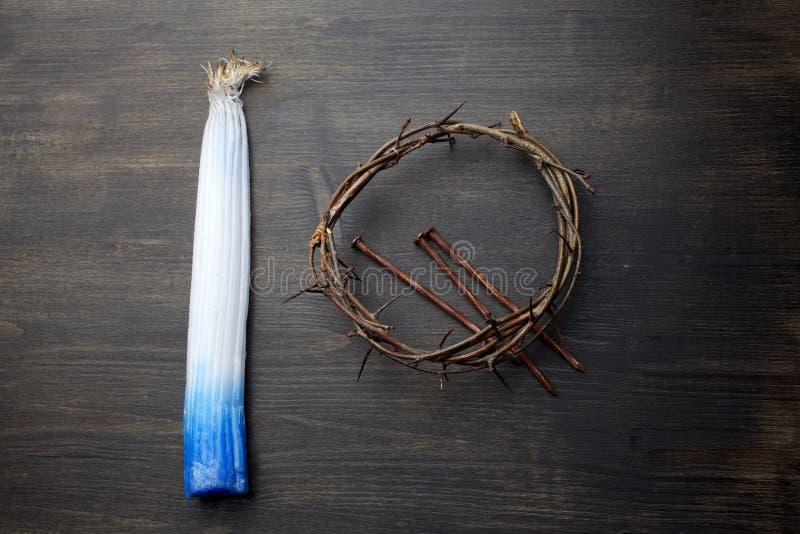 O pacote de 33 velas do Jerusalém foi queimado levemente no fogo e na coroa de espinhos santamente fotos de stock