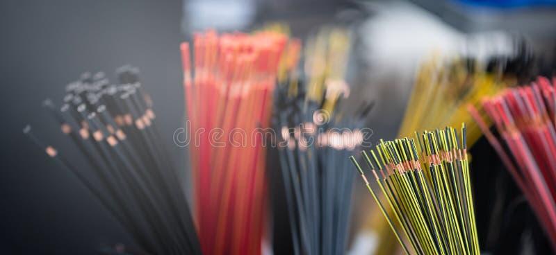 O pacote dos cabos de cobre com protege a camada Os cabos cortaram ao comprimento estabelecido e removeram a isolação Apronte aos imagem de stock royalty free