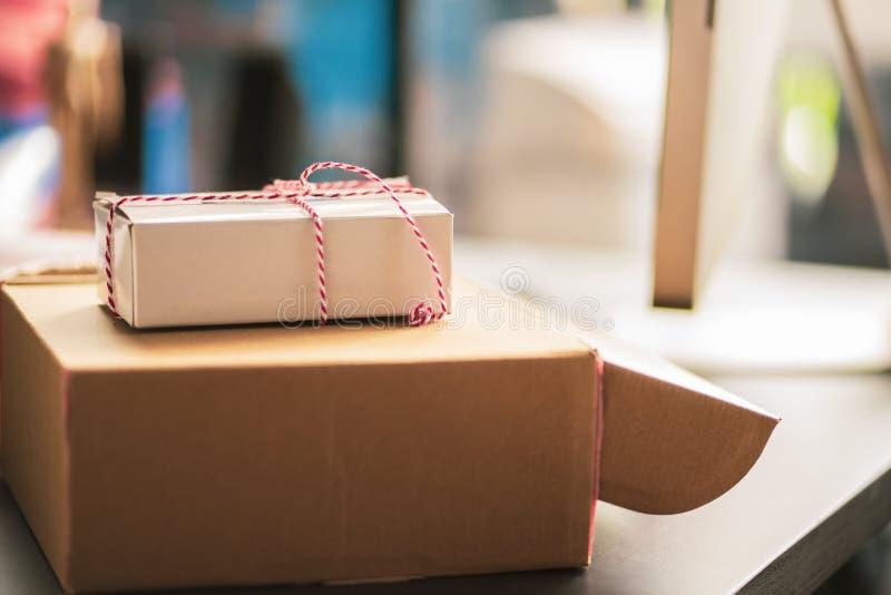 O pacote envolveu amarrado com corda na tabela na estação de correios seletivo fotografia de stock royalty free