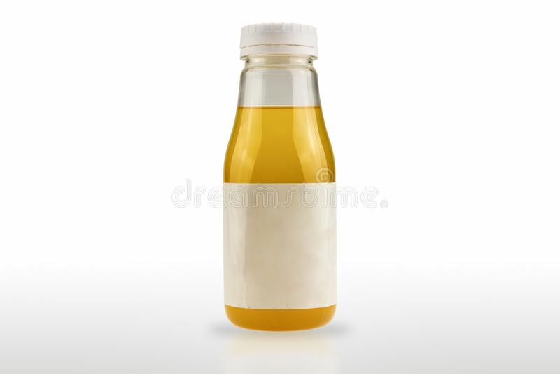 O pacote plástico da garrafa que contém o produto tem uma etiqueta branca isolada no fundo branco imagens de stock royalty free