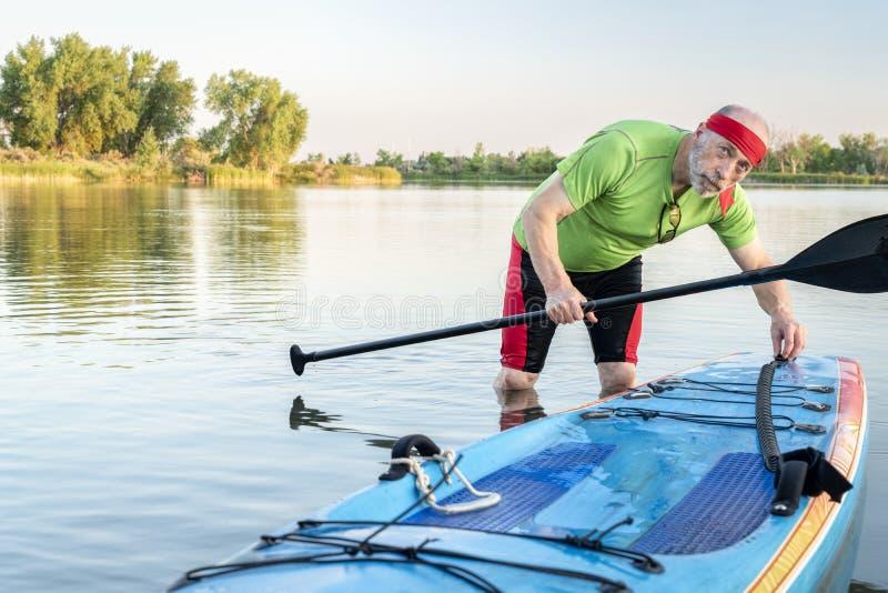 O paddler superior com levanta-se o paddleboard fotos de stock royalty free