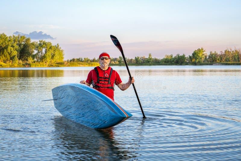 O paddler superior com levanta-se o paddleboard fotografia de stock