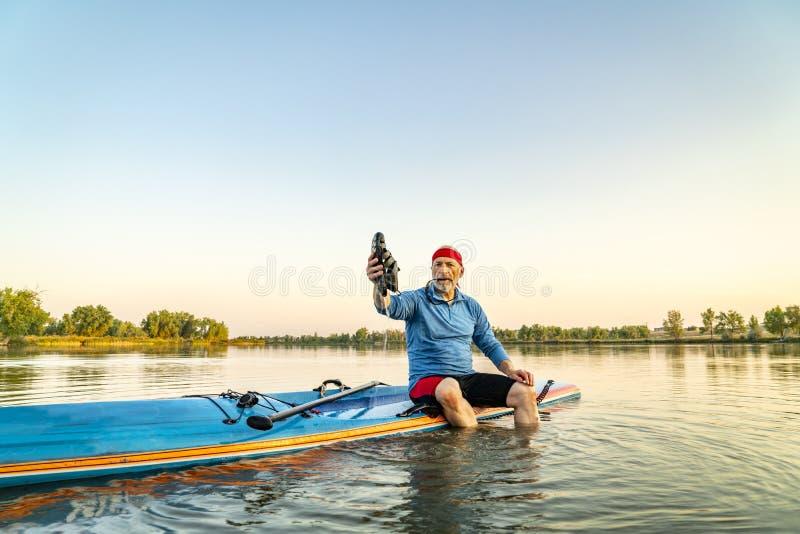 O paddler superior levanta-se sobre o paddleboard fotografia de stock royalty free