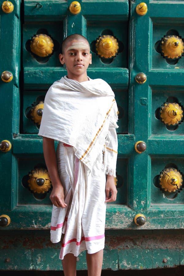 O padre do brâmane está fora do templo de Kapaleeshawar fotografia de stock