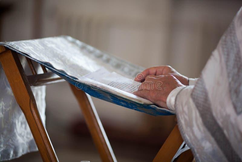 O padre ortodoxo lê uma oração foto de stock