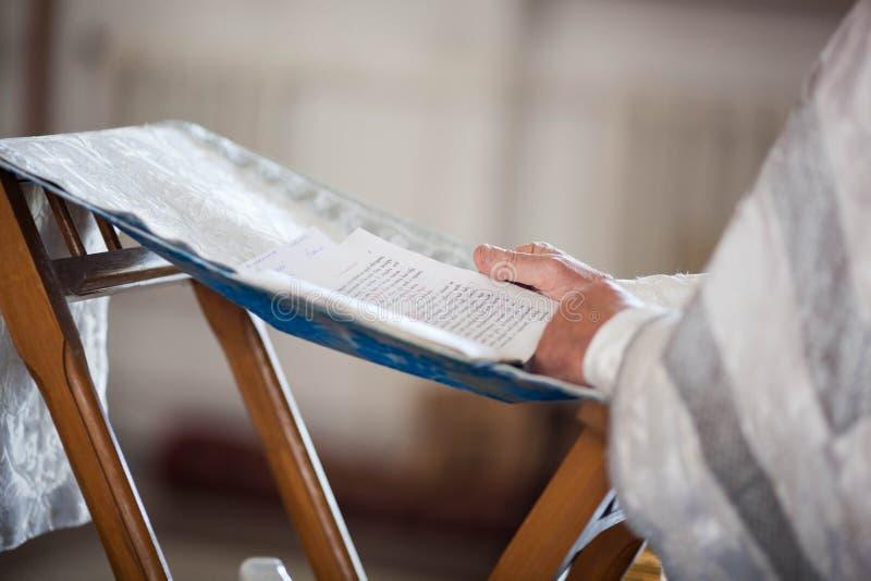 O padre ortodoxo lê uma oração fotos de stock