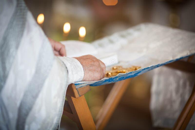 O padre ortodoxo lê uma oração fotografia de stock royalty free