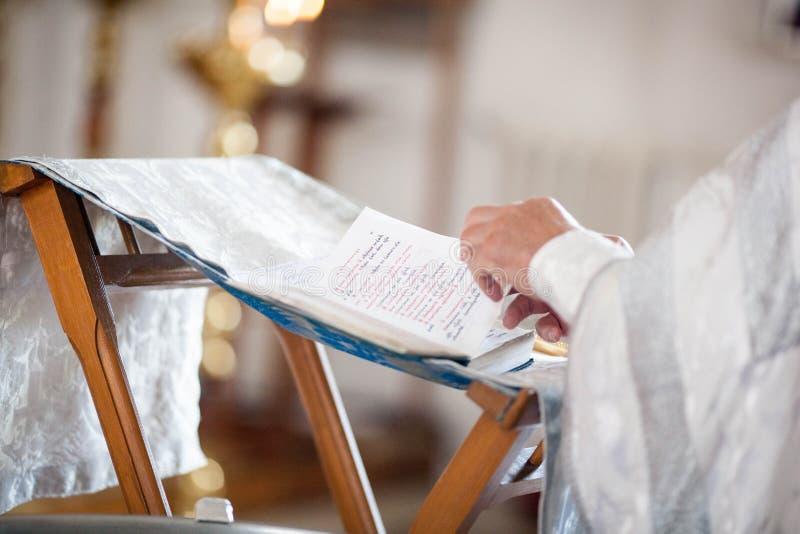 O padre ortodoxo lê uma oração imagens de stock royalty free