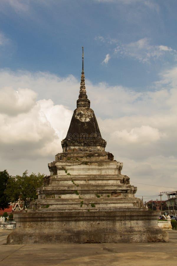 O pagode antigo em Wat Yai Phitsanulok, Tailândia foto de stock royalty free
