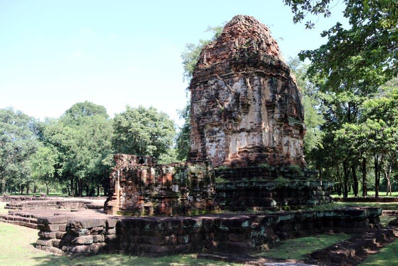 O pagode da ruína da música Phi Nong de Prang no local arqueológico da cidade antiga de Srithep em Petchaboon, Tailândia imagens de stock