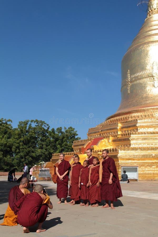 O pagode de Bagan novo da visita das monges imagens de stock