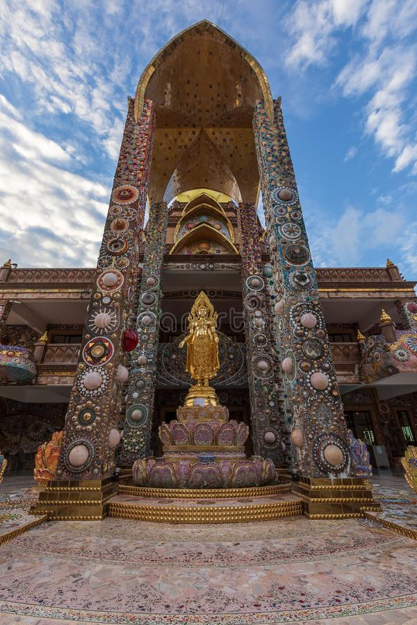 O pagode dourado é projeto da cerâmica colorida e bonito, é o lugar público do templo imagens de stock royalty free