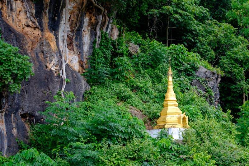 O pagode dourado budista pequeno na floresta em Pindaya cava, Myanmar imagem de stock royalty free