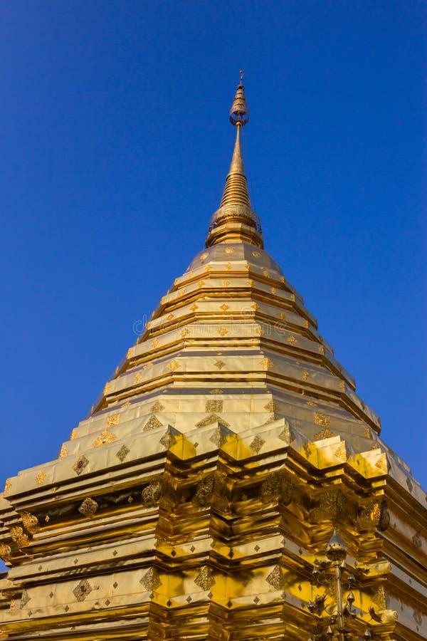 O pagode dourado tailandês, artes tailandesas. imagem de stock