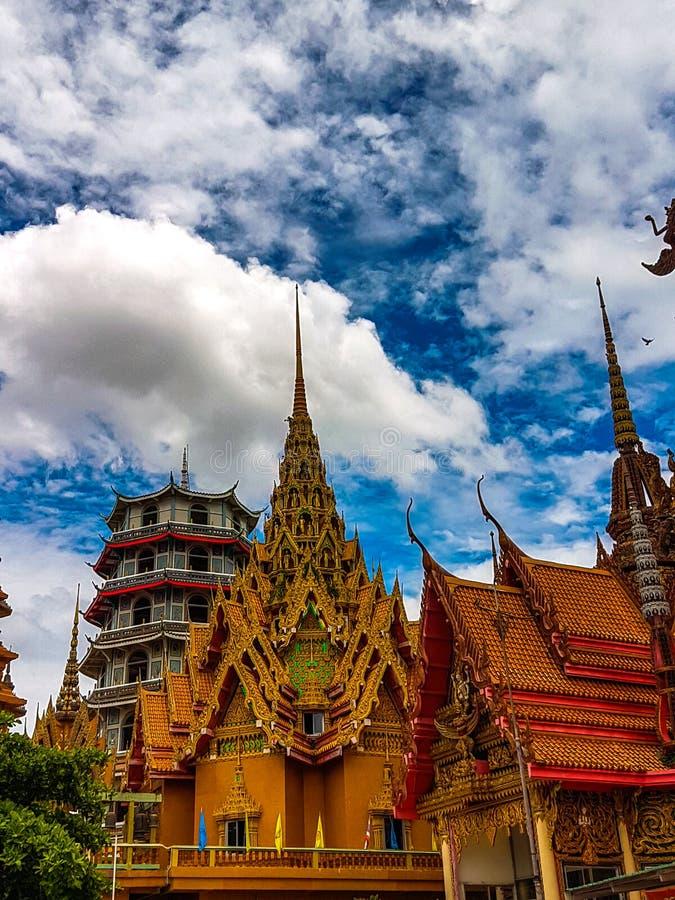 O pagode velho e o céu azul para o fundo fotografia de stock