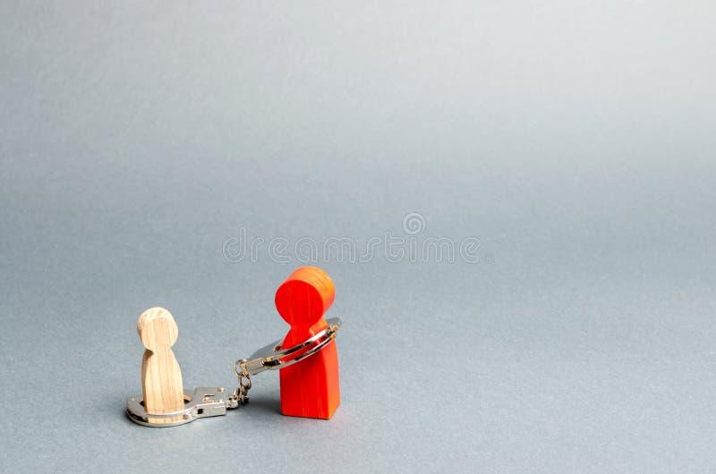 O pai é algemado à criança O conceito do débito parental Pagamento da pens?o alimentar Custódia, cuidado e manutenção do menor fotografia de stock royalty free