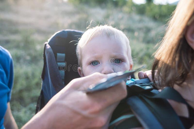 O pai alimenta o bebê com comida para bebê imagem de stock royalty free