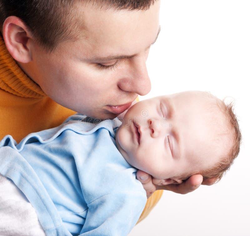 O pai beija seu bebê recém-nascido foto de stock