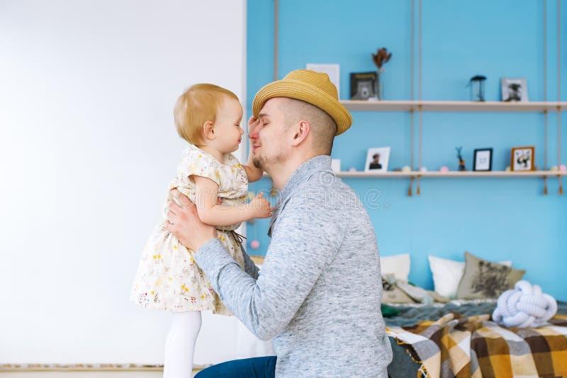 O pai beija sua filha do bebê Família loving feliz fotografia de stock
