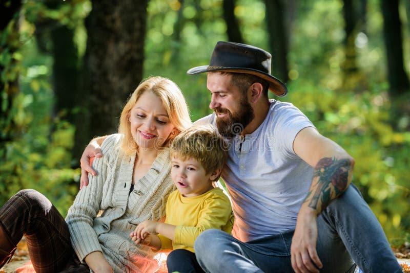 O pai da m?e e pouco filho sentam o piquenique da floresta Bom dia para o piquenique da mola na natureza Explore a natureza junto imagem de stock