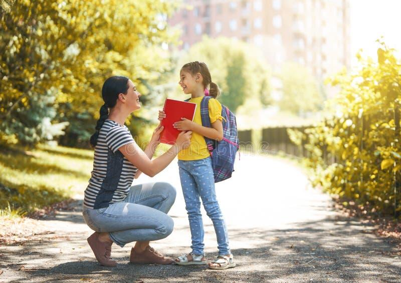O pai e o aluno vão à escola fotografia de stock royalty free