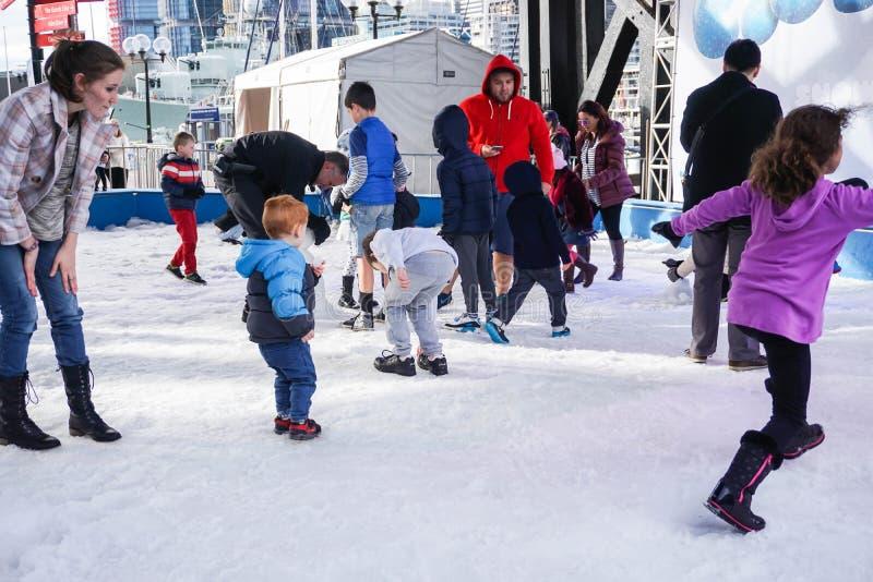 O pai e as crianças apreciam a neve Sydney Australia recolhido festival imagem de stock royalty free