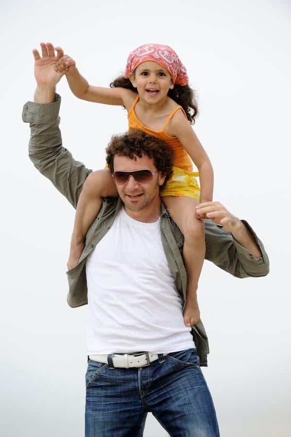 O pai e a criança têm o divertimento foto de stock