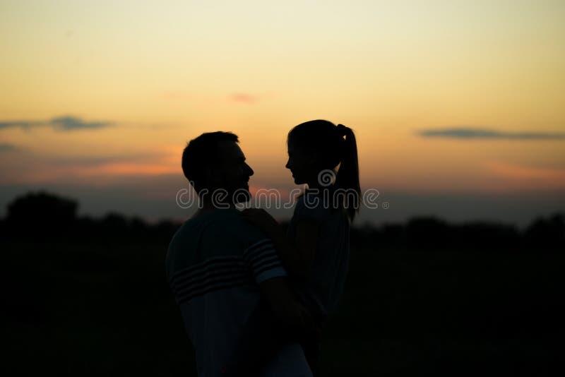 O pai e a filha apreciam passar o tempo junto exterior fotografia de stock royalty free