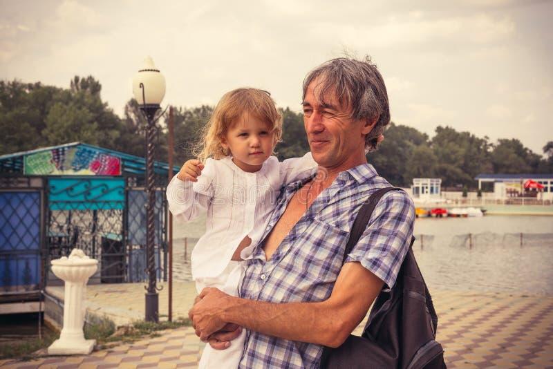 O pai e a filha da família fora fotografia de stock