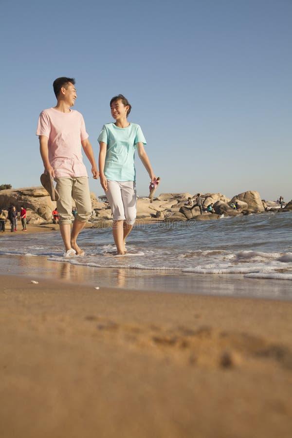 O pai e a filha que andam ao longo das águas afiam, encalham, China imagem de stock