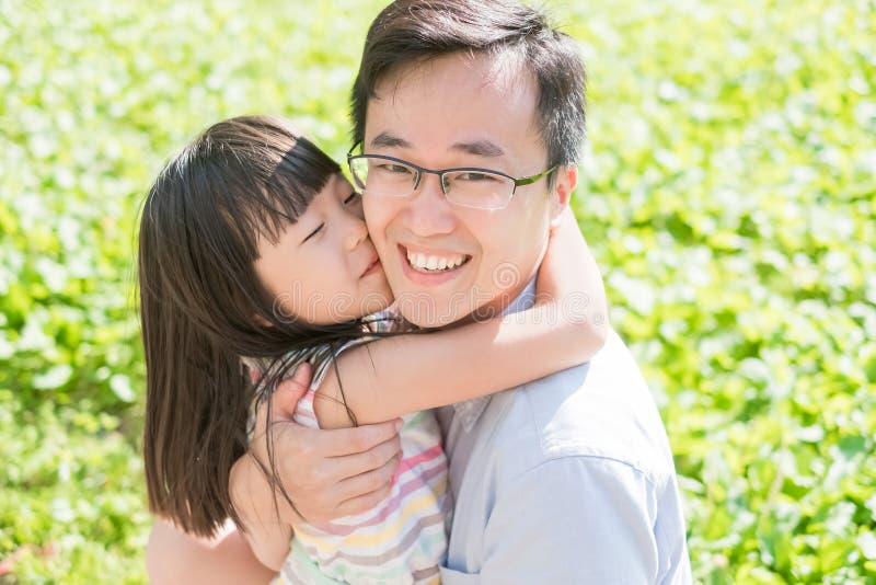 O pai e a filha sorriem felizmente foto de stock