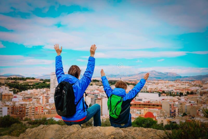 O pai e o filho apreciam o curso junto, olhando a opinião panorâmico da cidade imagens de stock