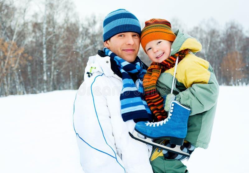 O pai e o filho vão patinagem de gelo imagens de stock royalty free